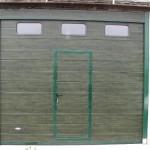 garážová vrata s vchodem uprostřed