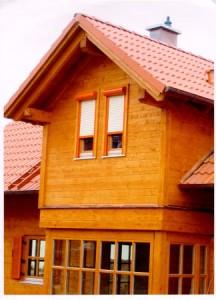 Venkovní rolety na domku s dřevěným obkladem