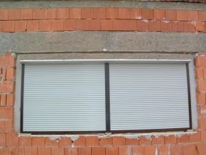 Předokení rolety na budově v zástavbě