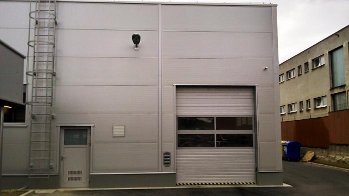 sekční průmyslová vrata s průhledem do interiéru