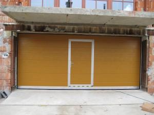 sekční garážová vrata s vchodem